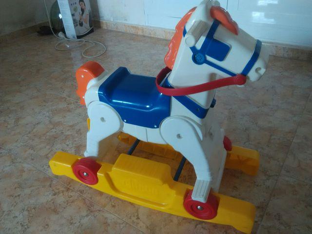 Caballo con ruedas niños