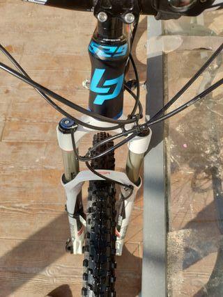 """Bicicleta de montaña 29"""" carbono."""