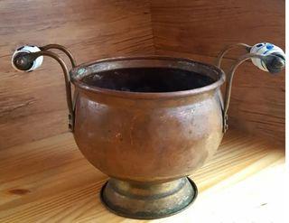 Macetero de cobre bronce antiguo con asas de porce