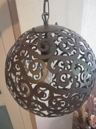 lámpara y estanterías de forja