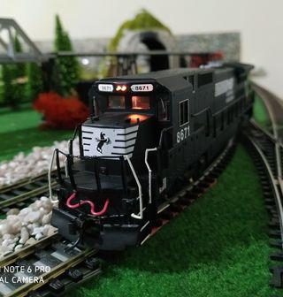 Locomotora americana DASH 8 40C Spectrum, DC. H0.