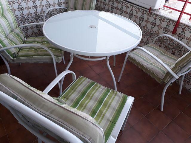 mesa y sillones terraza jardin
