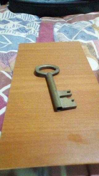 Pequeña llave dorada