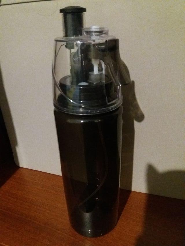 Botellín de agua 600ml con pulverizador.