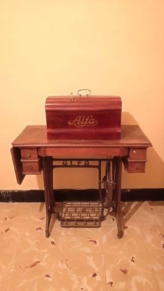 Antigua máquina de coser Alfa funcionando