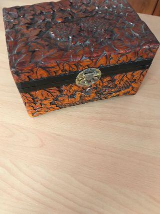 Caja de madera tallada