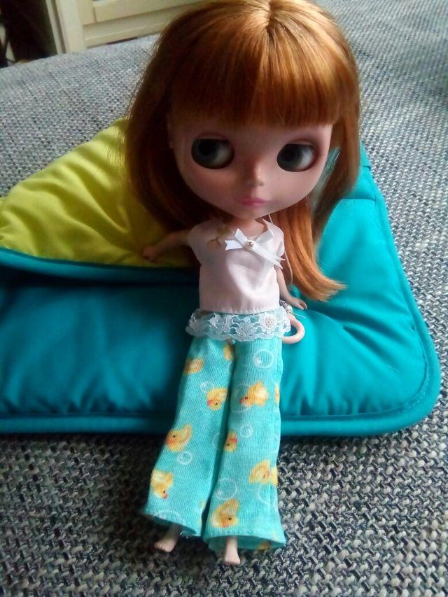 Blythe, edredón y pijama.