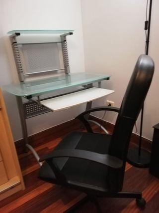 escritorio para PC y silla con ruedas
