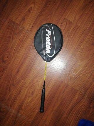 raqueta de badminton con 4 volantes
