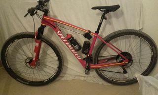 Bicicleta de montaña specialized de carbono.