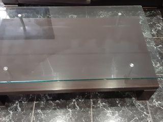 mesa maciza centro en color Wengue,con apliques en