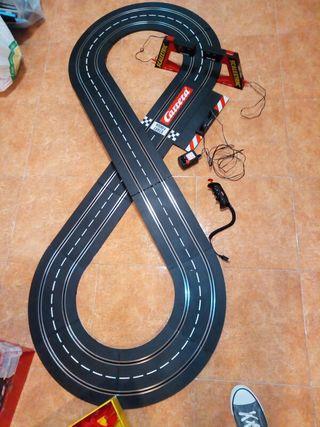 Circuito y piezas de Scalextric.