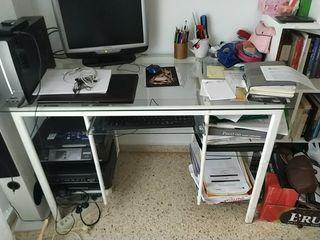 escritorio de hierro y cristal
