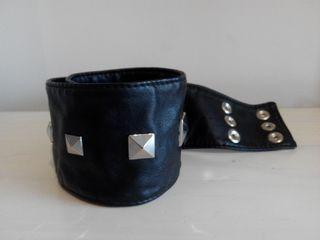 Cinturón mujer de cuero negro con tachuelas