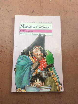 Libro Moguda a la biblioteca