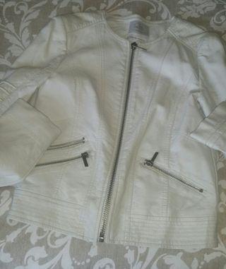 Chaqueta polipiel blanco roto.