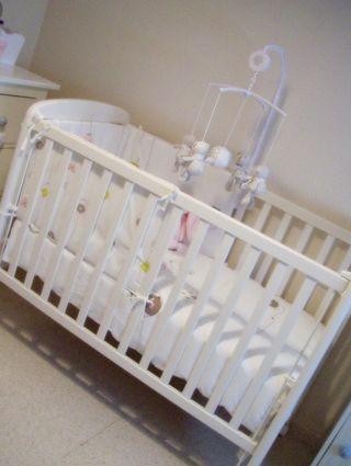 Cuna bebé en blanca