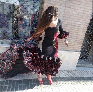 Vestido de flamenca con cola.