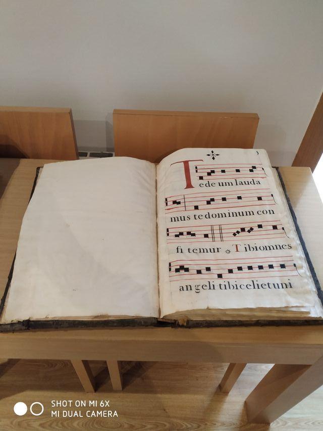 libro muy antiguo códice cantos gregorianos