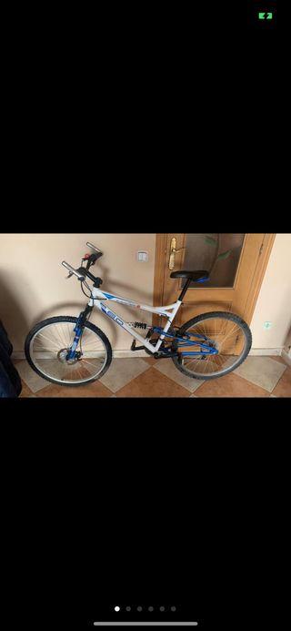 Bicicleta de montaña con amortiguacion delantera