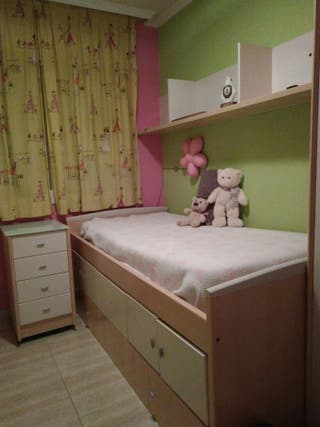 cama nido con cajones, mesita y estantería.