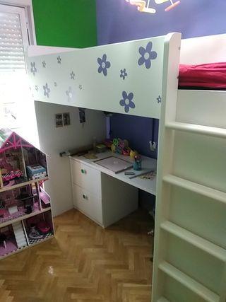 cama de niño con estudio debajo