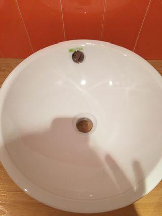 Lavabo y grifo nuevo sin uso