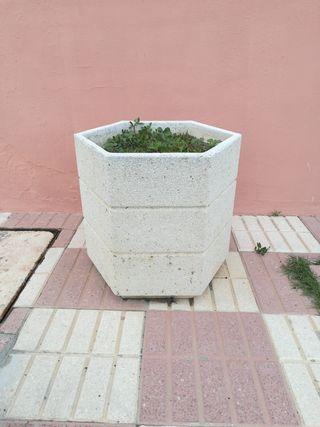 Macetero de granito hexagonal 53x55cm