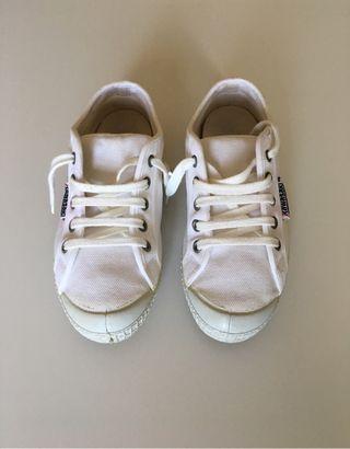 Zapatillas Kawasaki blancas.