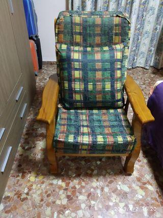 dos sillones de madera y un sofá cama