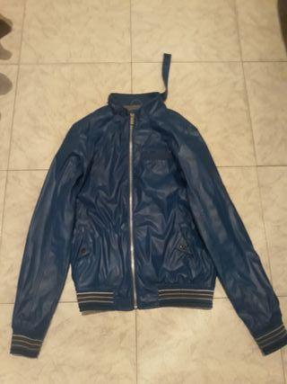 chaquetas de cuero azul y negro