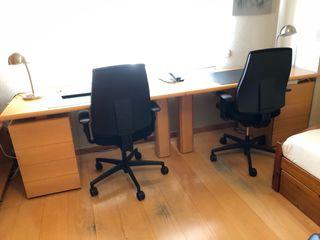 Conjunto mesas escritorio más dos sillas ruedas