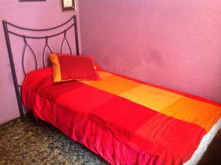 Cama compuesta por somier colchón y cabecero