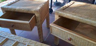 Mesa y mesitas de jardín o terraza.