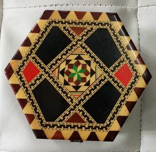 Caja de madera exagonal