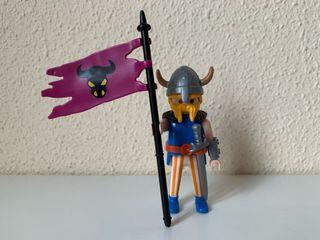 Playmobil vikingo con bandera
