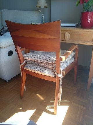 Dos sillas tapizadas de madera de cerezo