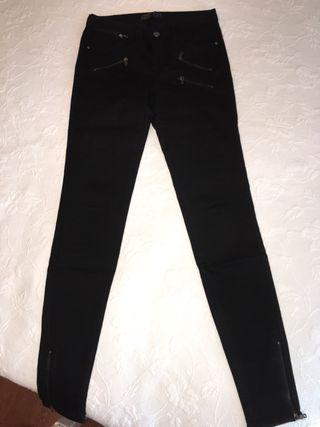 Vaqueros pitillo cremalleras Zara negro 34