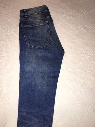 Jeans elásticos pitillo rotos talla 32 Zara
