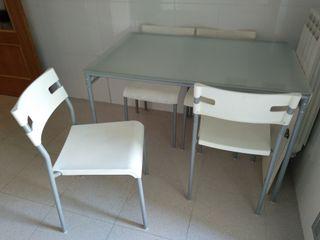 Mesa y sillas de cocina.