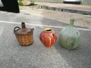 ánfora y 2 botellas antiguas