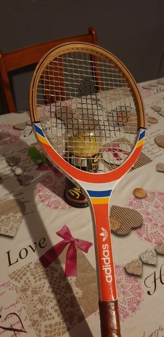 raqueta adidas y tres pelotas