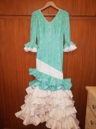 traje de flamenca verde agua y beige