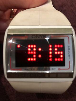 Reloj digital blanco de caucho
