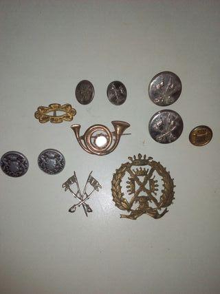 insignia y botones militares