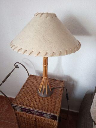 lámpara con pie de bambu