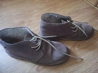 botas marrones.