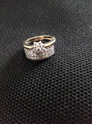 anello de acero chapado de oro.