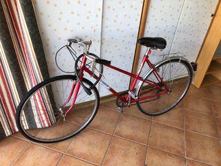 Bicicleta antigua restaurada. En buen estado
