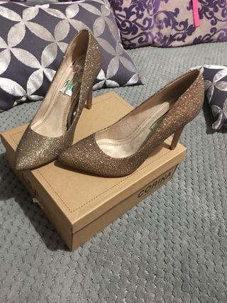 Zapatos de tacón nuevos en su caga